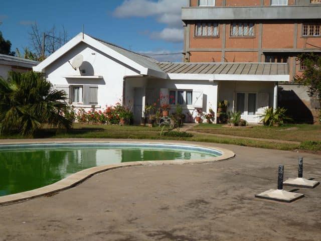 A vendre 2 belles villas piscine ambohibao tananarive for Exterieur vert targetti